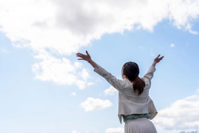 手を大きく広げている女性