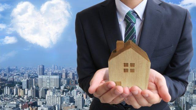 ビジネスマンとハート雲と家