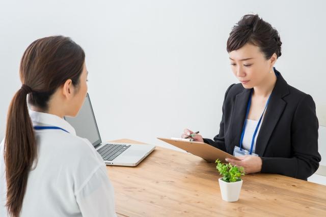 弁護士に相談する女性