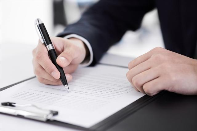 契約書にサインするビジネスマン